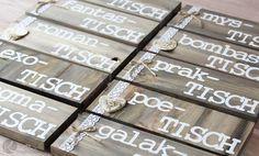 www.KreativOderPrimitiv.de Sitzplan Hochzeit Tafel selber machen DIY Holz Wäscheklammer Kreativ Vintage Rustikal Anleitung Tutorial basteln chaoTISCH romanTISCH dein Platz ist auf der Tanzfläche lustig