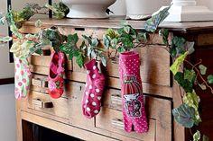 Compre pares de meia novos para a família e exponha um pé de cada pendurado em uma cômoda ou aparador