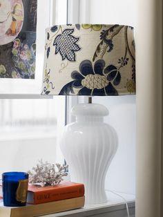 Murano-lampen er et kupp fra Finn.no. Lampeskjermen har Helene trukket i et stoff fra House of Hackney. Foto: Birgit Fauske