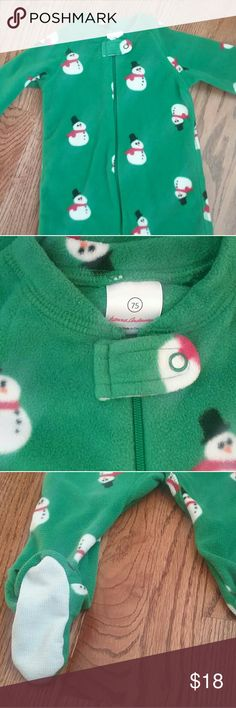 Hanna andersson footed fleece sleeper snugglesuit Hanna Andersson boy or girl footed fleece snugglesuit sleeper in EUC, worn only once! Green with snowmen, size 75 or US 12-18 months. Hanna Andersson Pajamas