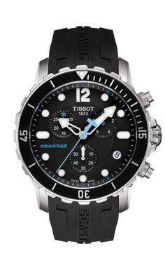 TISSOT SEASTAR 1000 Quartz Chronograph Éste es uno de los diseños más deportivos gracias a los detalles y aspecto que le confieren la correa de caucho negra, la esfera y el bisel giratorio negro y los detalles de acero inoxidable como la caja.. Además, el detalle de las agujas con terminación de flecha, le otorga un atractivo especial.  Un reloj deportivo ideal no sólo para la práctica del submarinismo sino también para cualquier look más sporty.