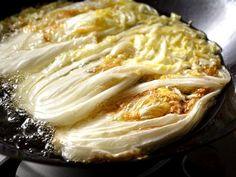 冬の鍋料理に欠かせない白菜。丸ごと買うと余らせてしまうことも。そんなときに試してみたい、白菜で作るメインの一皿とは?