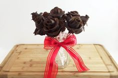 chocolate covered strawberries Step by step instructions for creating a bouquet of chocolate covered strawberry roses using Tootsie rolls. Chocolate Roses, Chocolate Lollipops, Chocolate Drip, Chocolate Bouquet, Chocolate Covered Strawberries, Homemade Chocolate, Homemade Sweets, Delicious Chocolate, Tootsie Roll Costume