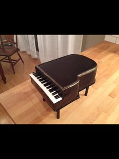 Tutorial with info and instructions on how to carve a 3D sculpted grand piano cake decorated with modeling chocolate and smooth buttercream by Wicked Goodies