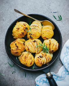 "Gefällt 13.9 Tsd. Mal, 115 Kommentare - Best Of Vegan (@bestofvegan) auf Instagram: ""Garlic and herb hasselback potatoes by @anettvelsberg 💛 Exclusive recipe from her app ""Deliciously…"""