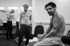 Biffy Clyro, backstage / Opposites Tour Biffy Clyro Tattoo, Simon Neil, Scottish Bands, Band Pictures, Evan Peters, Famous Men, Drugstore Makeup, Boyfriends, Backstage