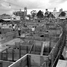 Construção do Teatro Guaíra. A inauguração ocorreu em 1954.