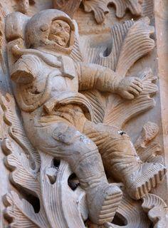 Astronauta  - ¿Cómo puede haber un astronauta en una iglesia de épocas muy viejas?, esta iglesia se ha vuelto famosa debido a que en su estructura tiene lo que parece ser un astronauta, lo curioso es que el hombre llegó a la luna muchísimos años después de que fuera construida. Lion Sculpture, Statue, True Stories, Astronaut, Sculptures, Sculpture
