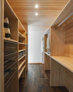 家族で使うウォークインクローゼット。 収納の内装に必ず無垢材を使うのは、湿気防止のため。 * #谷川建設 #TANIGAWAKENSETSU #ウォークインクローゼット #収納 #ファミリークローゼット #無垢材 #収納 #ウォールナット #ダウンライト #木曽檜 #木の家 #注文住宅 #自由設計