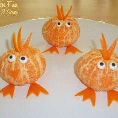 Pollitos de mandarina Dessert Aux Fruits, Cute Food, Cute Snacks, Fruit Snacks, Food Design, Clementine Oranges, Mandarin Oranges, Chicken Snacks, Fruit Decorations