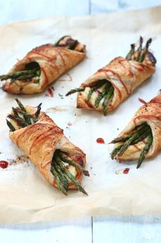 Puff pastry snacks with brie and green asparagus www. Vegetarian Finger Food, Vegetarian Recipes, Healthy Recipes, Brie, Easy Diner, Recipes Appetizers And Snacks, Xmas Food, High Tea, Healthy Cooking