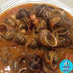 Caracoles a la andaluza, receta de caracoles típica del sur acompañados de jamón y longaniza.
