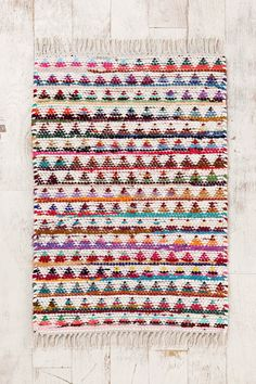 Magical Thinking Triangle Rag Rug from Urban Outfitters. Saved to college. Shop more products from Urban Outfitters on Wanelo. Motifs Aztèques, Interior Design Trends, Right Angle Weave, The Design Files, Modern Rugs, Modern Living, Woven Rug, Rugs On Carpet, Weaving