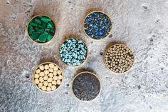 Boutons de portes Mosaïque de pierres semi-précieuses Mosaïque de grains de poivre d'Indonésie Mosaïque de pois chiche d'Asie du Sud-Ouest Kelly Wearstler, Stone Mosaic, Door Knob, Pepper, Stones, Buttons, Asia, Objects