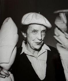 Du 23 mars au 1 juin 2013 Louise Bourgeois est née le 25 décembre 1911 à Paris. Elle est admise à l'Ecole de Beaux-Arts et fréquente entre autres l'atelier de Fernand Léger. Ses œuvres sont inclues dans les plus grands collections et musées du monde....