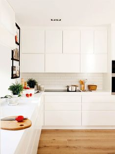 White kitchens: They never go out of fashion # go Kitchen Flooring, Kitchen Furniture, Kitchen Cabinets, Open Plan Kitchen Living Room, Cool Kitchens, White Kitchens, Sweet Home, House, Home Decor