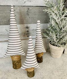 Fabric Christmas Trees, White Christmas Trees, Christmas Mantels, Silver Christmas, Vintage Christmas Ornaments, Christmas Tree Decorations, Xmas Trees, Natural Christmas, Christmas Quilting