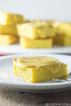 Bolo de milho delicioso com uma cobertura super cremosa de curau de milho verde. Receita fácil e rápida: é só colocar tudo no liquidificador e pronto!