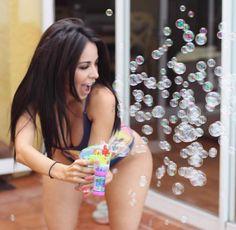 La periodista deportiva mexicana Jimena Sánchez causa furor en las redes sociales por su increíble parecido con la estrella de reality shows Kim.