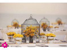 Decoración para boda vintage con centro de mesa en jaula de pájaro