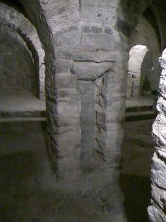 Abbaye de Saint-Martin du Canigou : vue de l'église inférieure (987-1009), avec l'encastrement d'une colonne primitive dans un pilier massif entre 1010 et 1020.