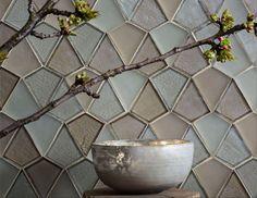 Simpliste ou opulente, ultra-moderne ou exotique, la mosaïque de verre est tout sauf ordinaire. Qu' elle soit en tesselles hexagonales, à effet iridescent