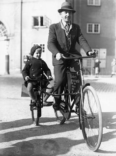 bicicletta con sidecar per bambino - bicycles father and son - vintage Vintage Cycles, Vintage Bikes, Vintage Cars, Vintage Stuff, Tandem, Kids Cycle, Photo Souvenir, Old Bicycle, Bicycle Sidecar