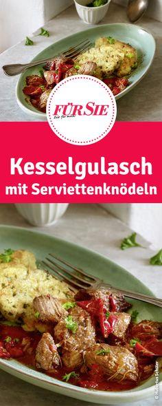 Rezept für Kesselgulasch mit Serviettenknödeln  #Weihnachten #Winter #Vorweihnachtszeit #Essen #Rezept #Klassiker #Kochen #herzhaft #deftig #Weihnachtsessen #Weihnachtsmenü #Hauptgang #Winterrezept #Gulasch #Gericht #Kesselgulasch #Kesselgericht #Knödel #Serviettenknödel #fuersiemagazin Food Design, Soups And Stews, Buffet, Cooking Recipes, Beef, Fondue, German, Goulash Recipes, Meat