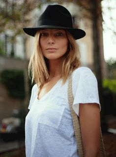 plain white tee and hat Daria Werbowy a5ef1988459