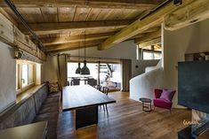 #austriandesign #austrianinterior #landsitz Waterfront Homes, Conference Room, Loft, Table, Furniture, Home Decor, Architecture, Living Room, Decoration Home
