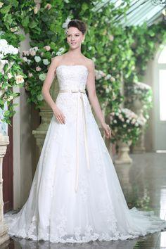 Braut in einem Brautkleid von Schmetterling ♥  Hochzeit in taupe ...
