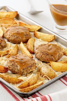 Classique éprouvé de la cuisine américaine, le steak Salisbury est une galette de bœuf haché et d'oignons servie avec une sauce brune et des pommes de terre. Envie de l'essayer? Avec notre recette facile sur la plaque en 5 ingrédients, 15 minutes, l'affaire est réglée! Salisbury, Pretzel Bites, Steak, Cooking Recipes, Galette, Food, Apples, Brown Sauce, Meal
