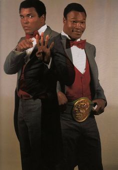 Muhammad Ali and Larry Holmes - webtorkina Muhammad Ali Fights, Muhammad Ali Boxing, Muhammad Ali Quotes, Larry Holmes, Boxe Fight, Boxing History, Float Like A Butterfly, Hometown Heroes, Boxing Champions