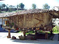 Asturias a través de su arquitectura #blogdeviajes Paraiso Natural, Vernacular Architecture, Cultural Diversity, Building Materials, Living Spaces, Pergola, Around The Worlds, Outdoor Structures, Traditional