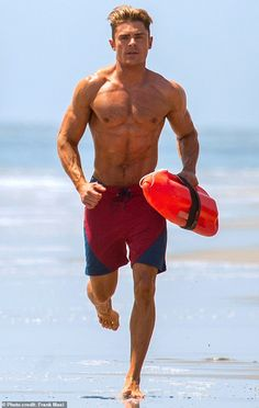 Zac Efron unfortunately never wants to get back into his ripped physique from Baywatch again - Angle News Mode Masculine, Zac Efron Muscle, Zac Efron Baywatch, Zac Efron Pictures, Hommes Sexy, Cute Actors, Shirtless Men, Cute Gay, Hot Boys