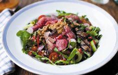 Roastbeef-Salat mit asiatischem Dressing und Erdnusssauce - Abendessen ohne Kohlenhydrate: einfache Rezepte