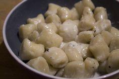 Gli gnocchi di ricotta cacio e pepe sono un piatto semplice da preparare ma dal sapore molto intenso. Una ricetta ideale per una ventata di novità