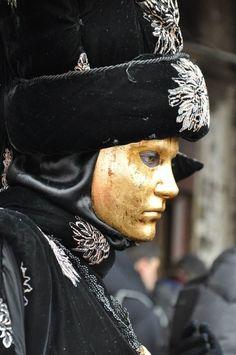 Il #Carnevale di #Venezia è uno dei più conosciuti in #Italia e ogni anno diventa un appuntamento immancabile per via delle sue bellissime #maschere che popolano la #laguna, sullo sfondo della #Basilica di #San Marco.