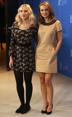 Actresses Natalie Portman (R) and Scarlett Johansson attend the 'The Other Boleyn Girl' Photocall as part of the Berlinale Film Festival at the Grand Hyatt Hotel on February 2008 in Berlin, Germany. Scarlett Johansson, Estilo Natalie Portman, Natalie Portman Style, Beautiful Celebrities, Beautiful Actresses, Mathilda Lando, Nathalie Portman, The Other Boleyn Girl, White Blonde Hair