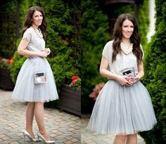 Tym razem weselna propozycja Eli z ubrana-nie-przebrana.blogspot.com. Musicie przyznać, że to połączenie tiulowej spódniczki, szarej bluzki, masywnego naszyjnika i transparentnej torebki robi wrażenie, prawda?