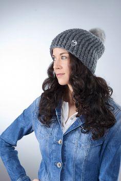"""Mütze """"Lona"""" mit Kunstfellbommel ● grau von Knitti Wollsachen auf DaWanda.com"""