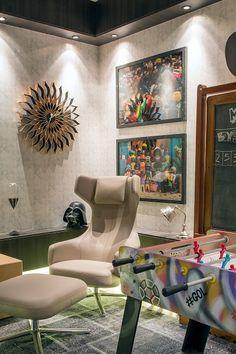 Um espaço divertido, antenado e super atual. Projeto das talentosas Andrea Duarte e Anna Malta para essa sala de jogos, com mobiliário da S.C.A.. Que tal?