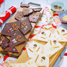 Christmas chocolate bark- Christmas chocolate bark Kids will love this edible Christmas bark, and it's so easy to make! Try it with any of your favourite chocolate topped with dried fruits and nuts for a grown-up twist. Christmas Bark, Christmas Snacks, Christmas Cooking, Christmas Goodies, Christmas Truffles, Christmas Videos, Christmas Deco, Kids Christmas Parties, Christmas Ideas For Kids