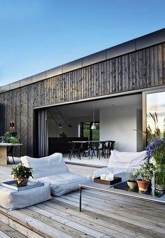 Tv-værten Emil Thorup kan nu tilføre to nye titler til sit navn. Exterior Design, Interior And Exterior, Room Interior, Interior Modern, Interior Styling, Outdoor Spaces, Outdoor Living, Indoor Outdoor, House In The Woods