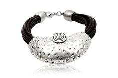 pulseira couro e metal. Bracelet leather and metal.