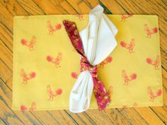 WAVERLY PLACEMATS PECKING ORDER  & WAVERLY NAPKINS RING BOWS ROOSTER PLACEMATS