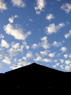 """Toyo Shibata era una vecchia signora giapponese scomparsa un paio di anni fa a 102 anni. Nel 2009 a 98 anni pubblica un libro di poesie, di una pulizia e semplicità uniche. Parla di piccole cose, di ricordi del passato, della famiglia, ma lo fa con un garbo che ti affascina.  """"Quando sono triste guardo il cielo: nuvole che hanno l'aspetto di una famiglia, nuvole simili alla cartina del Giappone [segue]""""  #toyoshibata, #poesia, #italiano, #cielo, #nuvole,"""