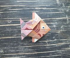 Fish fold from bank note - simple instructions- Fisch falten aus Geldschein – einfache Anleitung Banknote fold fish – end result of a Finished Money Fish - Diy Crafts To Do, Crafts For Kids, Paper Crafts, Homemade Christmas Gifts, Christmas Diy, Don D'argent, Blog Crochet, Folding Money, Money Origami
