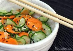 Essa é aquela saladinha bem agridoce servida de entrada nos restaurantes japoneses. Sunomono signignifica conserva, alimentos imersos no vinagre e na minha receita eu coloco cenoura e pepino japonê…