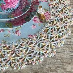 Bico de Crochê Passo a Passo: 45 Modelos + Gráficos e Vídeos - Crochet Lace Edging, Crochet Flower Patterns, Diy Crochet, Crochet Doilies, Crochet Flowers, Crochet Baby, Knitting Patterns, Crochet Classes, Learn To Crochet